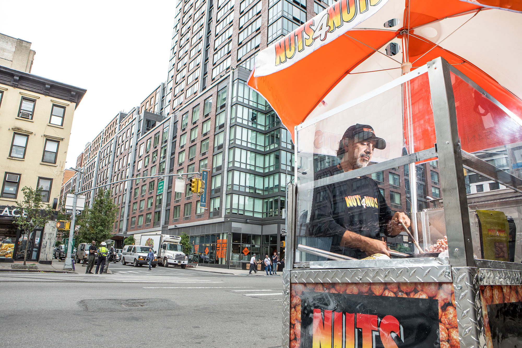 Article-Nutz4Nutz-Candied-Nut-Cart-NYC